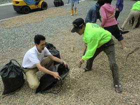 砂利袋を1,000個完成させ漁師の皆さんには大変喜んでいただきました